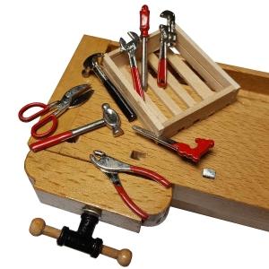 Werkzeuge auf Holzplatte