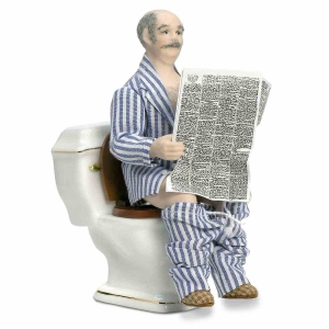 Opa auf der Toilette, sitzend